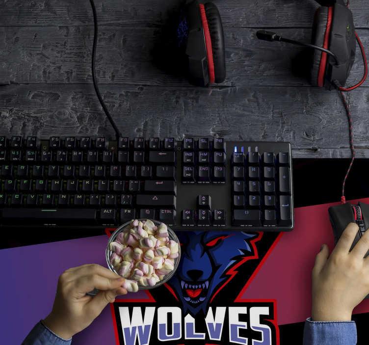 TenStickers. Wolven gaming vinyl muismat. Maak je bureau in de meest originele ruimte van je kamer of kantoor met deze spectaculaire gaming muismat met het logo van de wolven.