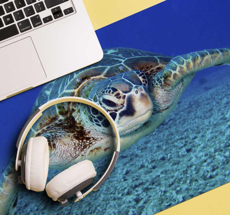 TenStickers. Mousepad Natur Karettschildkröte. Schauen Sie sich unser wunderschönes Karettschildkröten Mauspad an, das unter Wasser abgebildet ist. Wir haben +10. 000 zufriedene Kunden auf der Website.