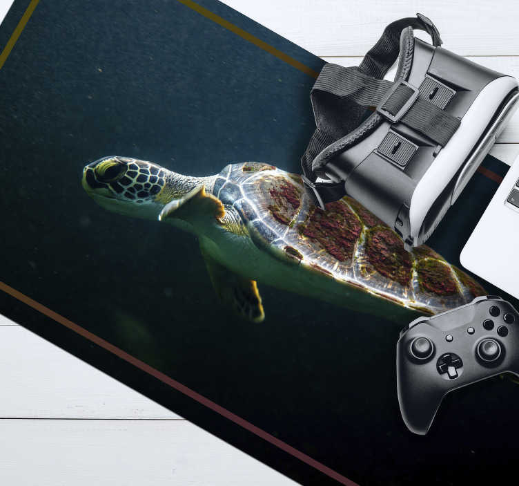 TenStickers. Swimming Turtle mouse mat. Check out our fantastic original mousepad with a swimming turtle that is the center of attention. It is made from extremely long-lasting material.