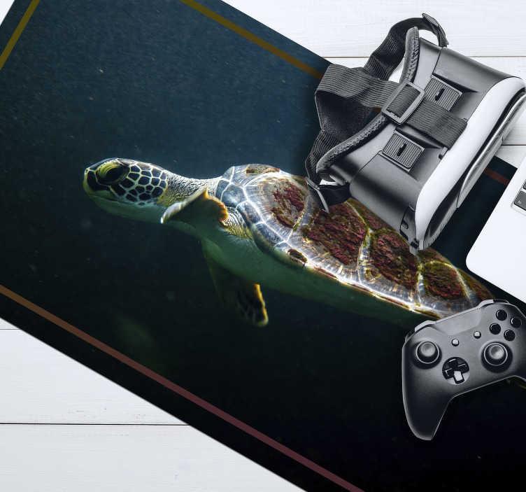 TenStickers. 수영 거북이 마우스 매트. 주목의 중심 인 수영 거북이있는 환상적인 오리지널 마우스 패드를 확인하십시오. 매우 오래 지속되는 재료로 만들어졌습니다.
