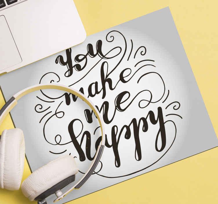 TENSTICKERS. あなたは私に引用符で幸せなマウスパッドを作ってくれます. 白い背景の上に作成された幸せな引用ビニールマウスマウスデザインは、「あなたは私を幸せにする」というテキストが刻まれています。