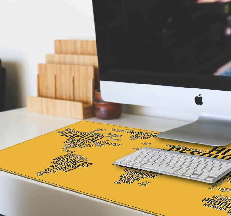 TenStickers. 세계지도 회사 세계지도 비닐 마우스 패드. 비즈니스 권한 부여 및 목표 달성을위한 텍스트 비문이있는 노란색 배경에 만든 비즈니스지도 마우스 패드 디자인.