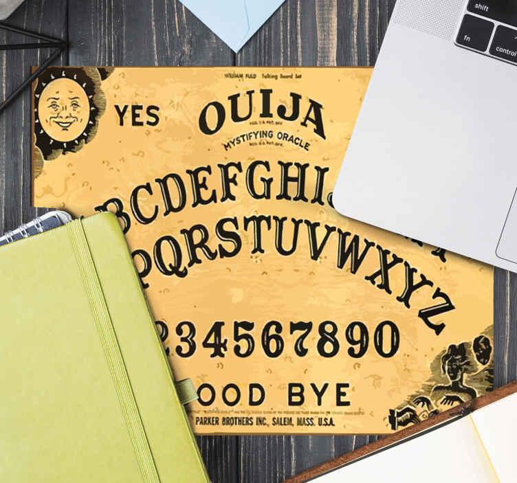 TenStickers. Originele muismat Ouija. Muismat ontworpen op een gekleurde achtergrond met opschriften van het ouija-thema. De ouija spel muismat is gemakkelijk te gebruiken en te onderhouden. Verkrijgbaar in verschillende maten.