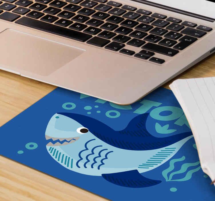 TenStickers. 带有名称个性化乙烯基鼠标垫的小鲨鱼. 在我们原始的鼠标垫上定制您自己的文本,并在蓝色的大海背景上设计有小鲨鱼。使用起来真的很友好。