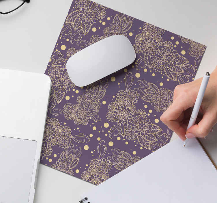 TenStickers. λουλουδάτο χαλί paisley ποντικιού με γωνία paisley. μοντέρνο στρώμα ποντικιού για την επιφάνεια του ποντικιού σας. Απολαύστε το υψηλής ποιότητας ποντίκι μας με διακοσμητικό σχεδιασμό paisley σε μοβ φόντο.