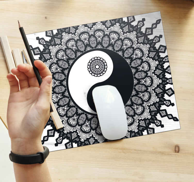TenStickers. Ying Yang paisley mouse mat. Original mouse pad with a paisley and yin yang pattern design. It is original, durable and easy to use. It is available in different sizes.