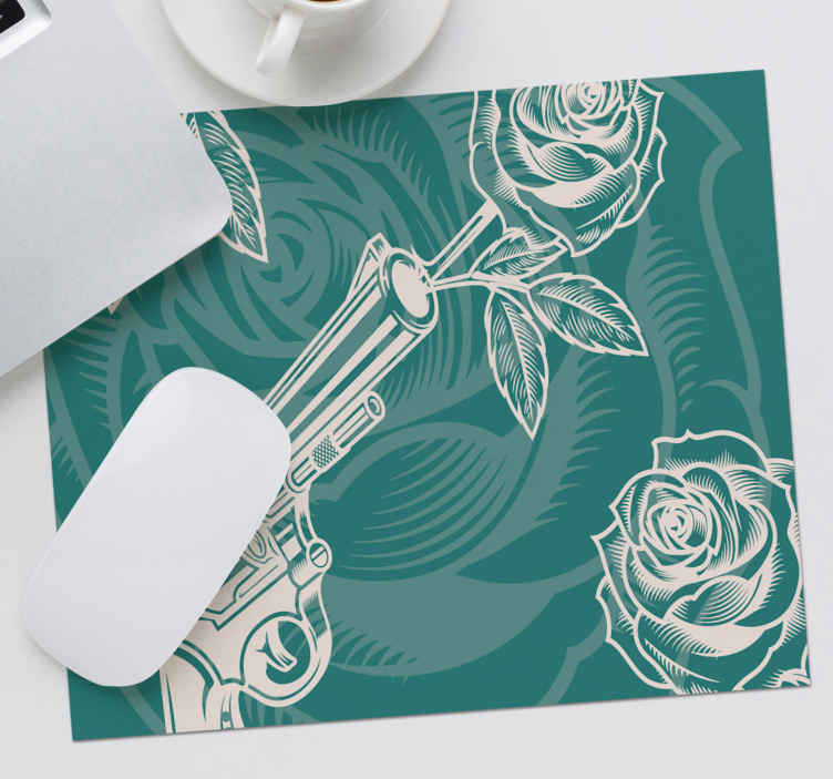 TenStickers. 카우보이 리볼버와 장미 마우스 매트. 장미 꽃과 녹색 배경에 만든 카우보이 기능 마우스 매트 디자인. 고품질 소재로 만든 사랑스러운 마우스 패드 디자인.