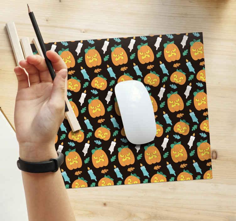 TenStickers. 万圣节南瓜灯笼鼠标垫. 特色的万圣节鼠标垫设计,包含深色背景上的南瓜,点燃的蜡烛和观赏花卉的设计。