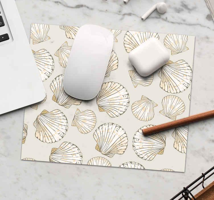 TenStickers. большие и маленькие ракушки коврик для мыши из ракушек. Коврик для мыши с бежевыми ракушками разных размеров, чтобы сделать использование мыши более увлекательным. он доставляется к фасаду вашего дома.