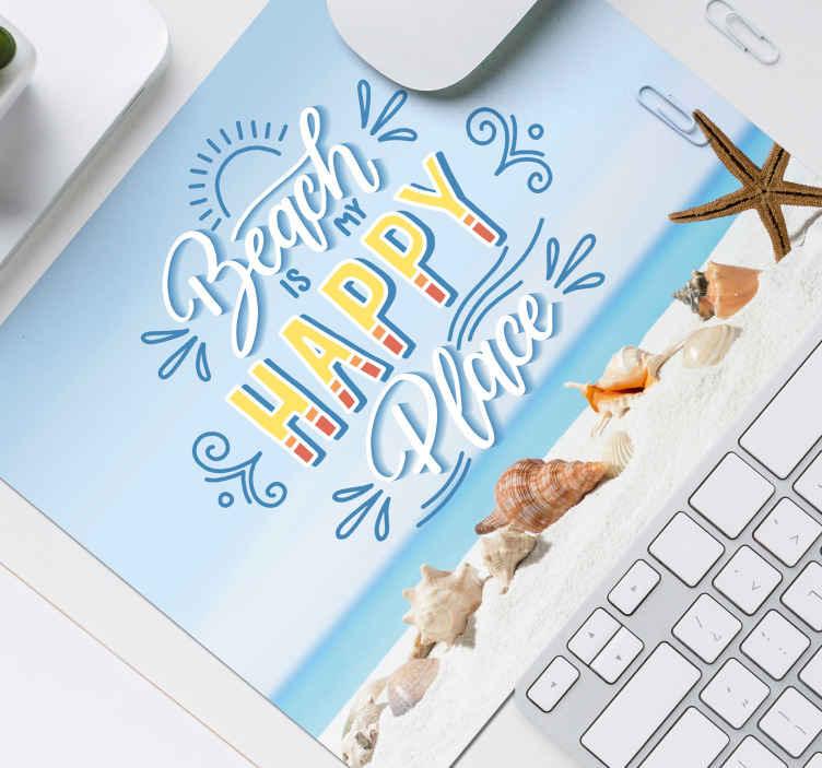 """TenStickers. Tappetino mouse con frase Posto felice spiaggia. Tappetino per mouse da spiaggia che presenta il testo """"spiaggia, luogo felice"""" con una splendida immagine del mare e delle conchiglie."""