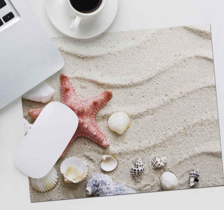 TenStickers. морская звезда и ракушки на песке морской жизни коврик для мыши. оригинальный коврик для мыши с 3d-эффектом, иллюстрацией песка, морской звезды и улитки, которые придадут суперэксклюзивный стиль вашему офису, комнате и т. д.