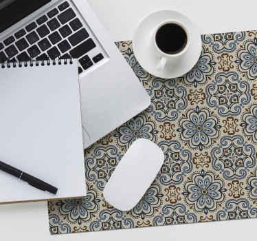 украсьте свой стол этим красивым ковриком для мыши с рисунком цветочных плиток в мягких тонах, который понравится каждому.