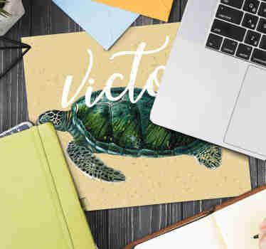Echa un vistazo a nuestras alfombrillas personalizadas con nombre que tienen una tortuga bellamente dibujada. Pon tu nombre ¡Envío a domicilio!