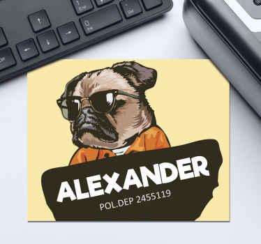 Tapete de rato personalizado que apresenta a imagem de um pug de óculos escuros e macacão com o seu nome na frente. Personalizado.
