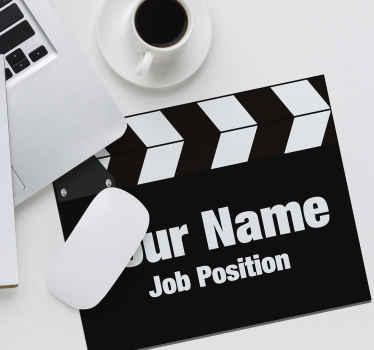 tapete de rato personalizado com a imagem de uma claquete de diretor tradicional com a opção de adicionar seu nome e cargo.