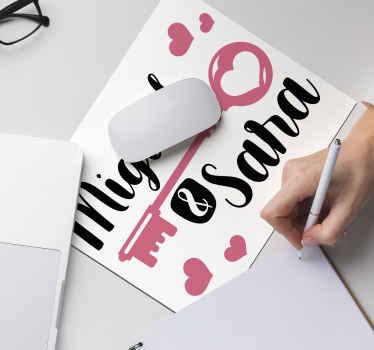 하트와 당신과 당신의 파트너 이름으로 둘러싸인 사랑스러운 키 이미지가 특징 인 로맨틱 한 마우스 패드. 맞춤 제작.