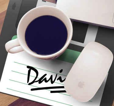 고전적인 메모장처럼 보이는 배경에 이름이 표시된 개인화 된 마우스 패드. +10,000 명의 만족 한 고객.
