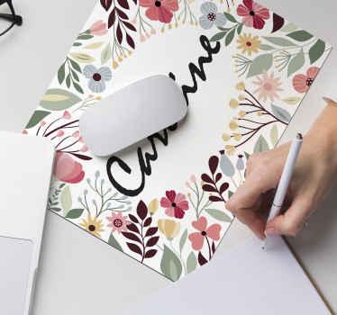 아름다운 꽃과 식물의 문양으로 둘러싸인 당신의 이름이 새겨진 꽃형 마우스 패드. 지금 10 % 할인을 신청하세요.