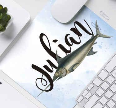 Personaliser navnet ditt eller ønsket tekst på vår originale fiskemusematte laget av det beste av kvalitetsmateriale. Den er enkel å bruke og vaskbar.
