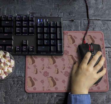 Un tapis de souris hérisson avec des marguerites. Un design parfait pour décorer votre espace de travail. Entretien facile et taille au choix.
