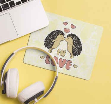 Un tapis de souris hérisson pour votre espace de travail. Ce tapis de souris original est présenté avec deux hérissons se touchant avec le nez. Entretien facile !