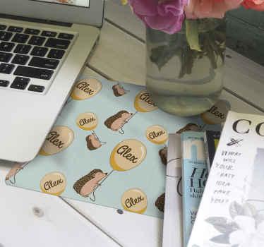 Un tapis de souris personnalisable avec des hérissons dessus. Ce tapis de souris original est conçu avec des hérissons tenant des ballons avec des un nom.