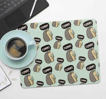 Un incroyable tapis de souris hérisson pour embellir votre espace de travail. Ce tapis de souris original est conçu avec des hérissons mangeant de la crème glacée.
