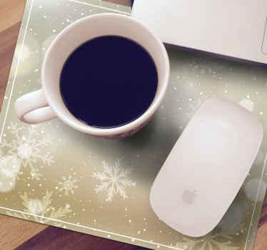 Snehová vianočná podložka pod myš, ktorá sa vyznačuje radom krásnych snehových vločiek na hnedom a bielom pozadí a je opatrená ohromujúcim lesklým efektom.