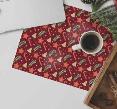 Vianočná cukrovinka vzor červená podložka pod myš. Dizajn obsahuje rôzne vianočné prvky ako cukríky, zvonček, ozdobné listy, snehové bodky a hviezdy.