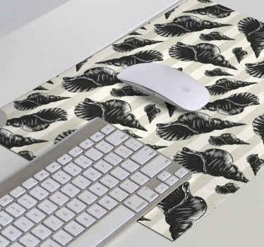 Tapis de souris coquillage qui comporte un superbe sticker de coquillages dessinés à la main sur un fond rayé gris. Rabais disponibles.
