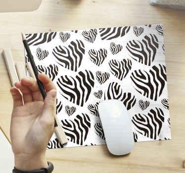 Tapete de rato zebra que apresenta um impressionante padrão de corações em diferentes tamanhos, todos preenchidos com estampas de zebra. Alta qualidade.