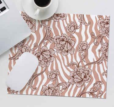 Podložka pod myš s kvetinovou zebrou, ktorá sa vyznačuje žiarivo béžovým zebrovým vzorom so zložitými kresbami kvetov na vrchu.