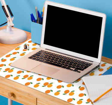Musmatta av citrusvinyl med en design av hela apelsiner med orange blad, på en vit bakgrund, perfekt för att fylla din dekor med glädje när du studerar.
