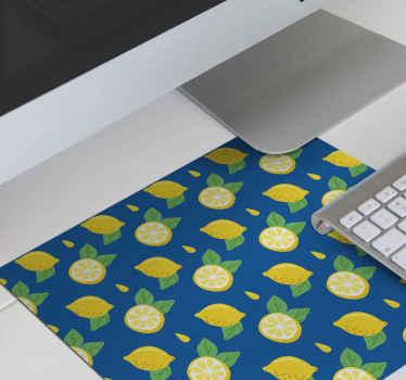 Alfombrilla ratón texturas cítrico con diseño de limones enteros con fondo azul y pequeñas hojas de limón, perfecta para dar un ambiente fresco