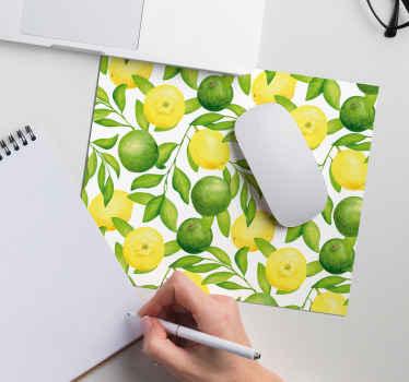 Citrusmousepad som har ett fantastiskt mönster av citroner och limefrukter med gröna grenar mellan dem. + 10 000 nöjda kunder.