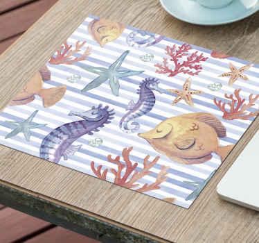Alfombrilla de ratón original con diseño de vida marina con fondo de rayas blancas y caballitos de mar, conchas, estrellas de mar y caracoles.