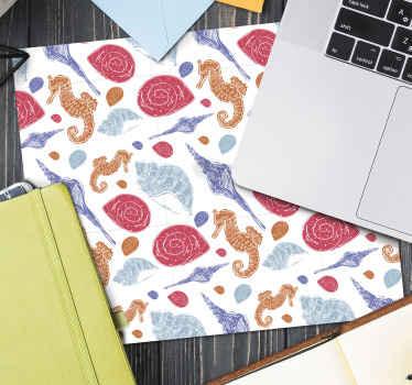 Havslivsmusmatta med design med illustration av sjöhästar, snäckskal, sjöstjärnor etc. Med blå, röda, gula färger och vit bakgrund.
