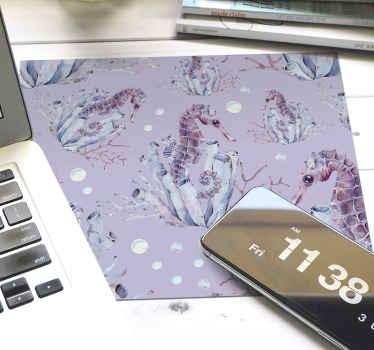Alfombrilla de ratón moderna con diseño de caballitos de mar en colores violeta, lila y morado, perfecta para usar mientras trabajas.