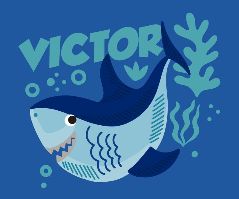 TenStickers. Baby shark με επωνυμία εξατομικευμένη επένδυση ποντικιού βινυλίου. προσαρμόστε το δικό σας κείμενο στο αρχικό μας ποντίκι με καρχαρία μωρού σχεδιασμένο σε γαλάζιο φόντο. είναι πολύ φιλικό στη χρήση.