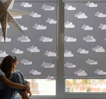 Krásný šedý mračno s roletou pro instalaci na jakýkoli okenní prostor v domě nebo v kanceláři. Je to také ideální okenní roleta pro dětskou ložnici.
