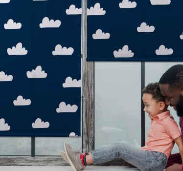 Tmavě modré pozadí cloudová roleta pro dětskou ložnici - je k dispozici ve vzdáleném bezdrátovém systému nebo standardním tažném akordu.
