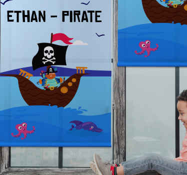 Rozveselte své dítě naší kvalitní roletou do dětského pokoje. Slepý drží úžasný design ilustrující pirátskou loď na modrém moři s vlajkou.