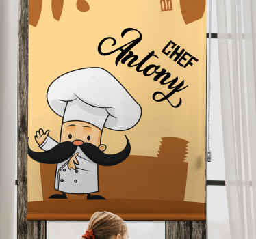 živý kuchyňský prostor s touto krásnou kuchyňskou roletou s ilustrativním designem šťastně vypadajícího kuchaře s velkými kníry.