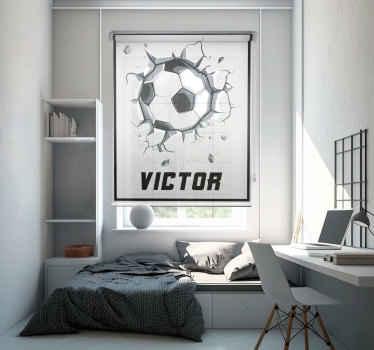 Realistický fotbal skrz cihlovou zeď roleta pro milovníky fotbalu. Je přizpůsobitelný jménem, perfektní sportovní roleta pro děti.
