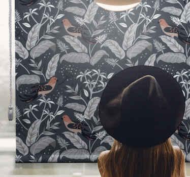 Tato kuchyňská roleta je založena na tmavém pozadí se šedými listy, stromy a oranžovými ptáky. Vyberte mechanismus. Již předinstalovaný!