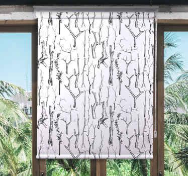 Koridorová roleta s designem ilustrace různých kmenů stromů. Je to krásné a představovalo by jakýkoli prostor s krásným přirozeným dojmem.