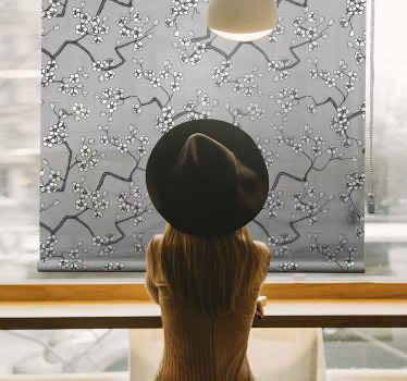 Tato roleta v obývacím pokoji je založena na šedém pozadí a je plná rozkvetlých stříbrných větví stromů, které vytvářejí skvělý efekt. Předinstalovaný!