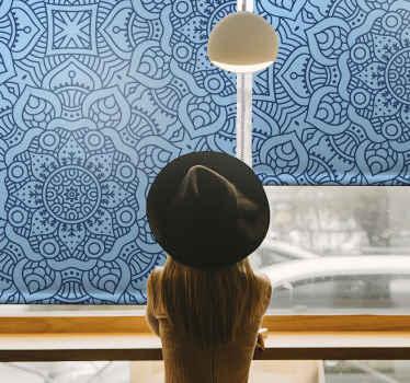 Tato krásná modrá roleta s mandalou je po celé ploše plná tvarů modré mandaly. Praktické a dekorativní. Zvolte mechanismus!