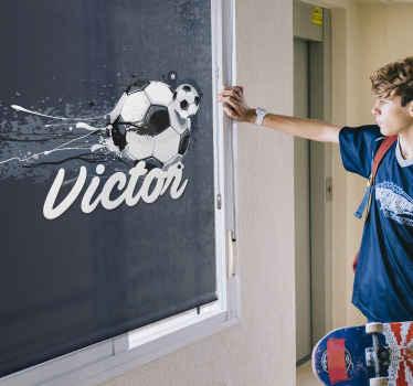 Dejte svým dětem něco úžasného, čím si vyzdobíte pokoj! Tento úžasný sportovní blind ukazuje fotbal s personalizovaným textem pod ním!