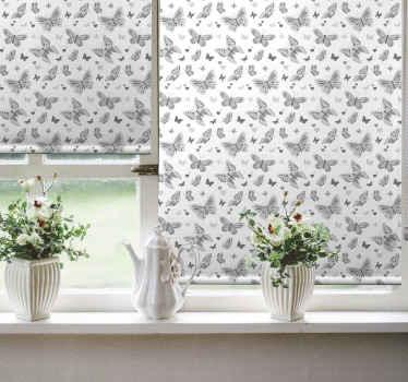 Tato roleta do ložnice vychází z bílého pozadí a je plná opakujících se vzorů šedých motýlů. Vyberte mechanismus a materiál!